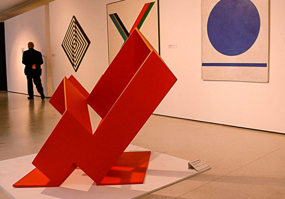 Construção Vermelha (1969), obra de Eduardo Villamizar pertecente ao acervo do MAC - Foto: Cecília Bastos / USP Imagens