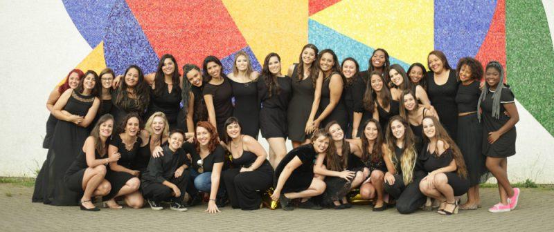 Amanda, ao centro,agachada, de cabelo curto, e uma das turmas de formandas do curso de Obstetríciada EACH - Foto: Arquivo pessoal