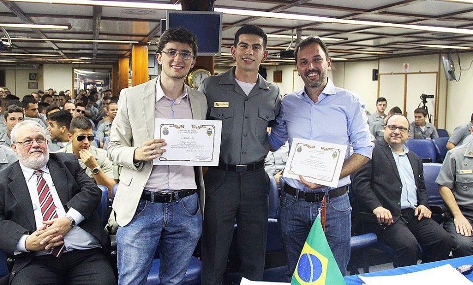 Renan Rossetti e Alexandre Nicolella recebem certificado - Foto: Divulgação