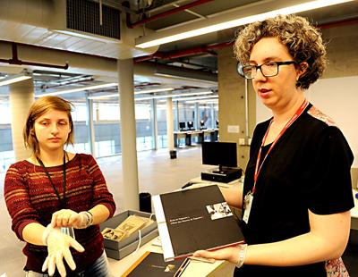 Elisabete Marin e Mariana Januzzi manuseiam o acervo do IEB | Foto: Marcos Santos/USP Imagens