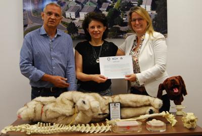 Professora Julia Matera, ao centro, recebendo o prêmio da representante do World Animal Protection – Foto: Assessoria de Comunicação/FMVZ-USP