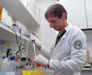 Os pesquisador do ICB Cristoforo Scavone, orientador do estudo - Foto: Francisco Emolo