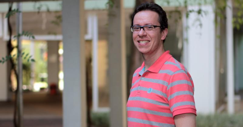 """""""O PROFMAT permitiu que eu me reinventasse em sala de aula"""", diz o professor Leonardo Perez"""