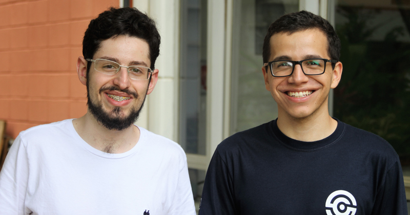 Luan (à esquerda) e Raul (à direita) tentam despertar o amor pela computação em estudantes do ensino médio