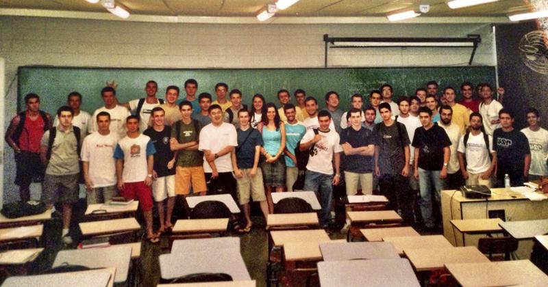 Ingressantes da turma de Engenharia de Computação de 2003: a filha de Ângela, Raquel, está no centro da foto, ao fundo, de camiseta branca - Foto: Divulgação/ICMC-USP
