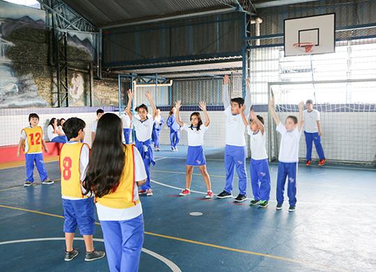 A atividade física pode favorecer o foco de atenção do aluno e impactar positivamente no meio escolar - Foto: Interação Modela/Flickr CC